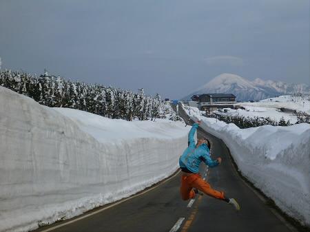 雪の回廊秋田23(2013.4.29)ジャンプ!