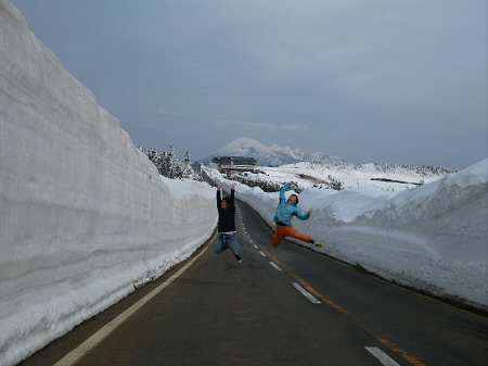 雪の回廊秋田01(2013.4.29)ジャンプ!