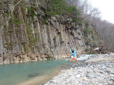 松川渓谷玄武岩05(2013.4.29)ジャンプ!