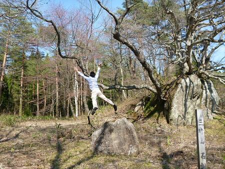 三峰山の石割桜02(2013.5.10)ジャンプ!