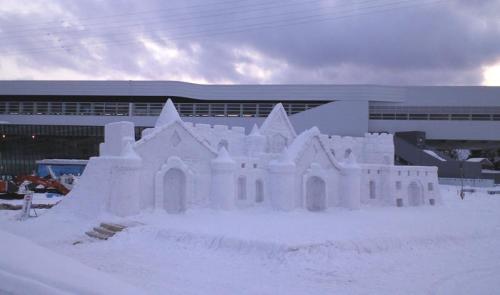 雪像と北陸新幹線飯山駅(26.2.10)