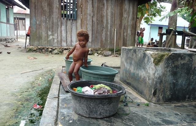村の井戸端で遊ぶ子供