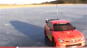 ラリー車の氷上ドリフト