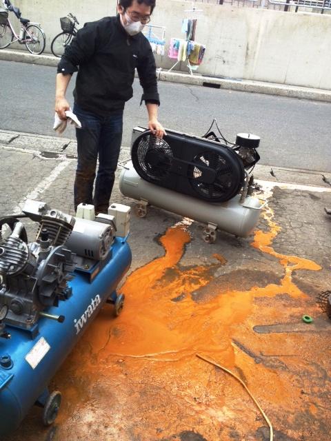 コンプレッサーのメンテナンス中のHちゃんですが・・・水抜きをしっかりしていない工場からやってきたのでしょうけれど・・・ひどい爆発!