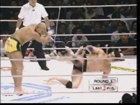 高田も下から蹴っていく、