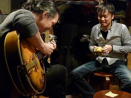 g大野こうじさんのギターを弾くg村山義光氏とg大野こうじさん