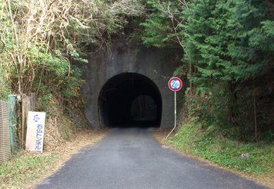 シュールな石仏トンネル