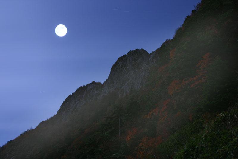 石鎚 北壁の月 (愛媛県 西条市 石鎚山)