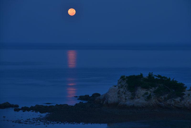 「赤い月」 (香川県 三豊市 詫間町 鴨ノ越 燧灘)