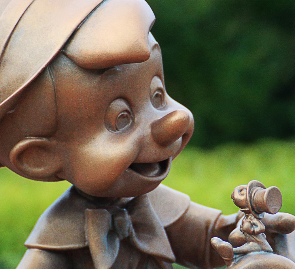 ピノキオとジミニー・クリケット(ウォルト像下パケパ席)