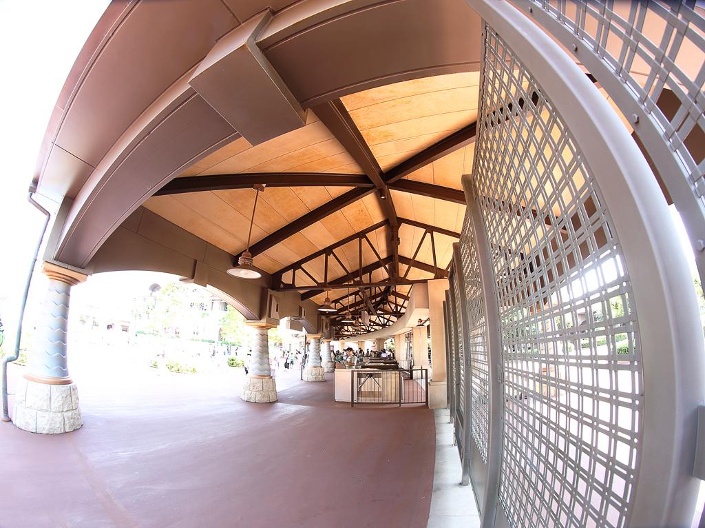 ある暑い日の入場ゲート(東京ディズニーシー)