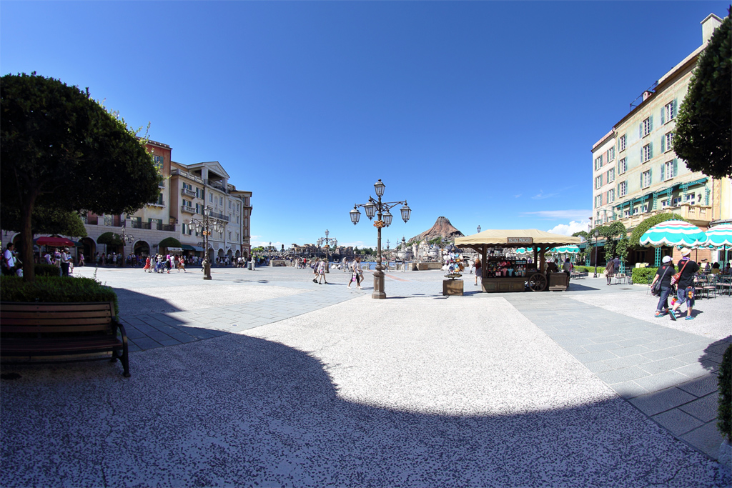 ピッコロメルカートとプロメテウス火山とミッキー広場