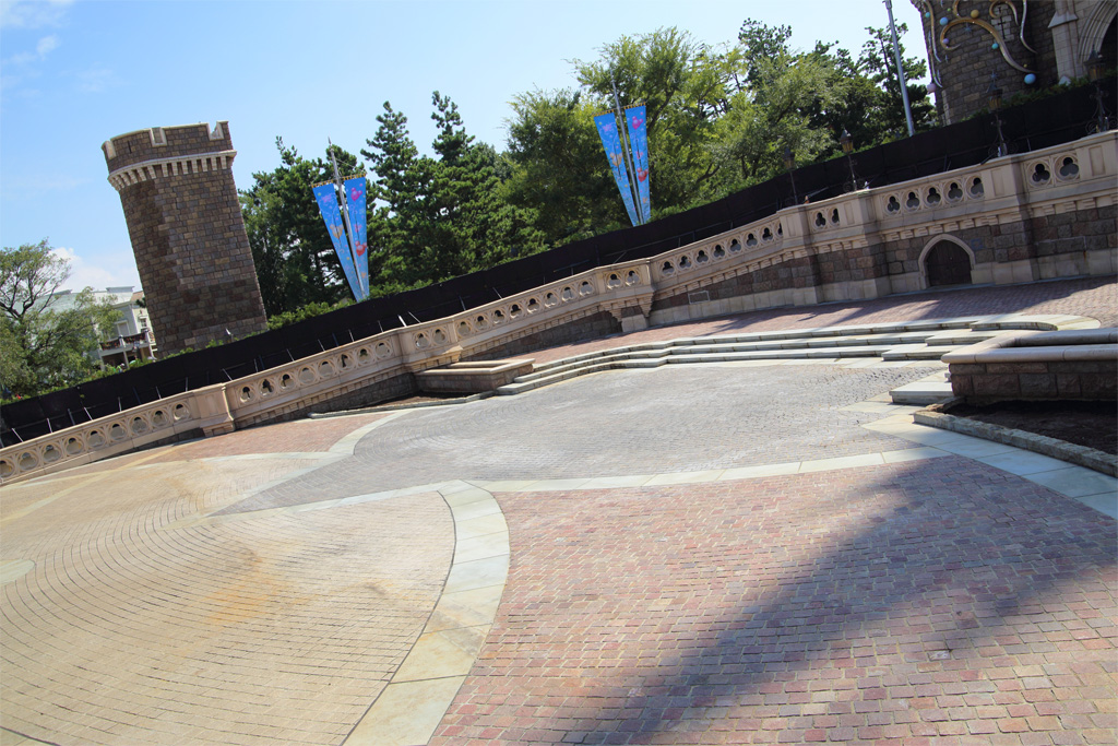 塀の中(シンデレラ城前)