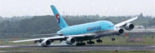 大韓航空機の翼が成田空港で擦過...