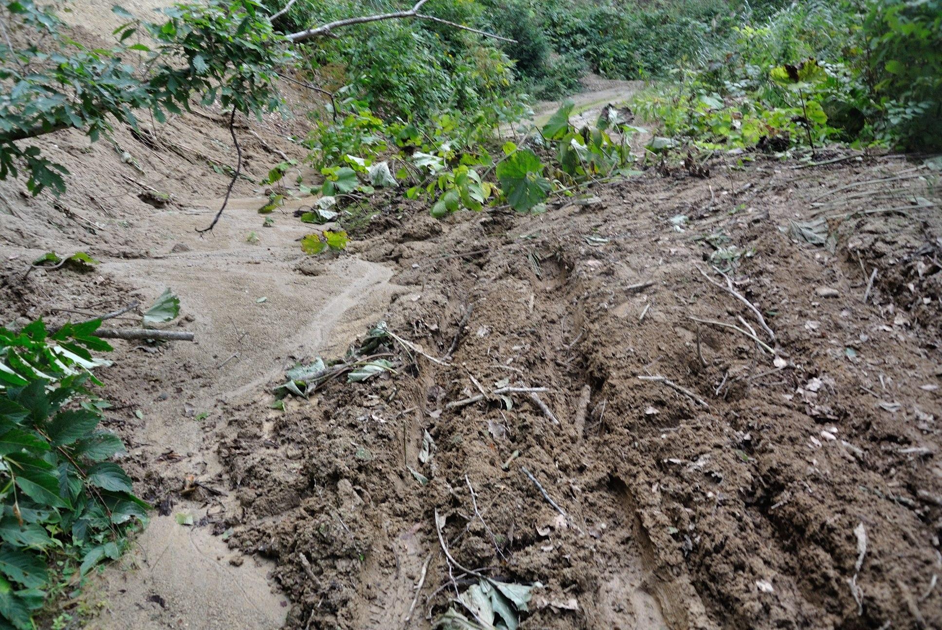 下北半島ダート道が見事な土砂崩れ