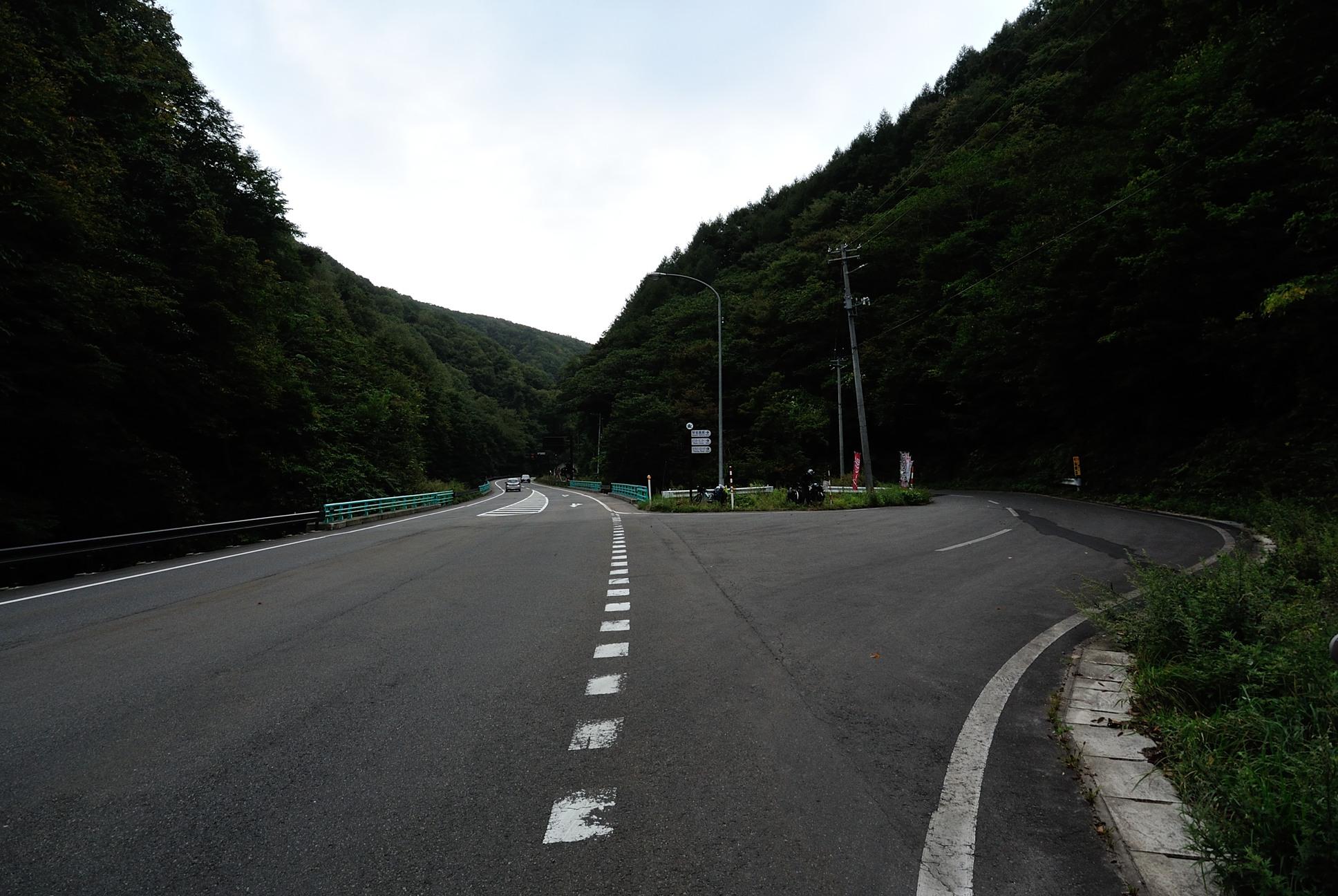 直進すれば盛岡市へ、右の道へ行けば早坂高原