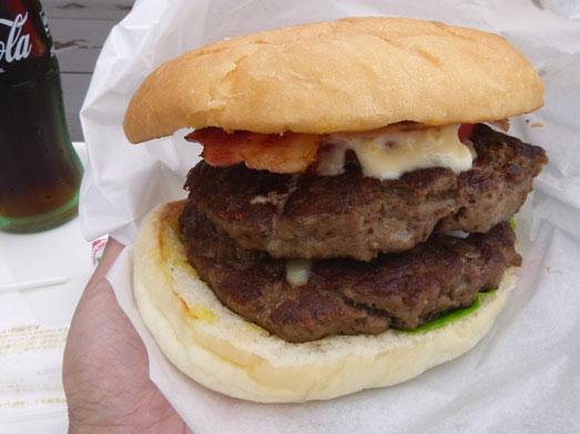 超デカいハンバーガーのスーパービンゴ043