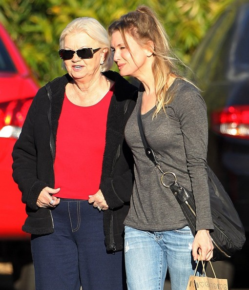 Renee+Zellweger+Takes+Parents+Out+Lunch+fWLB2qorf_bl.jpg