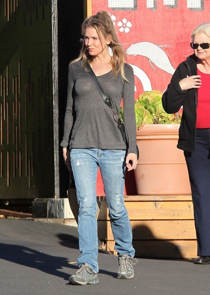 Renee+Zellweger+Takes+Parents+Out+Lunch+raVz-QQ7PE4l.jpg