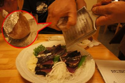藁で焼いたカツオのたたきに岩塩をかけて食べます