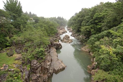 厳美渓を天工橋から上流を望む