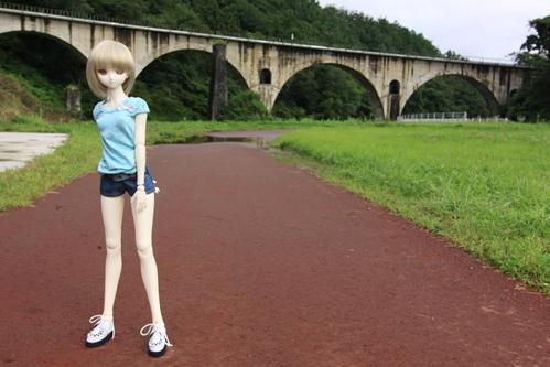 めがね橋を背景に遊歩道にて