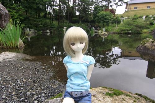 池を背景にその1