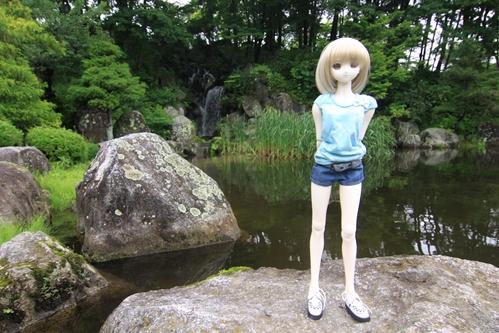 池を背景にその3