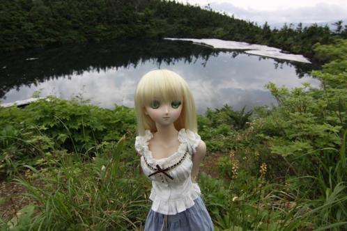 鏡沼を背景に