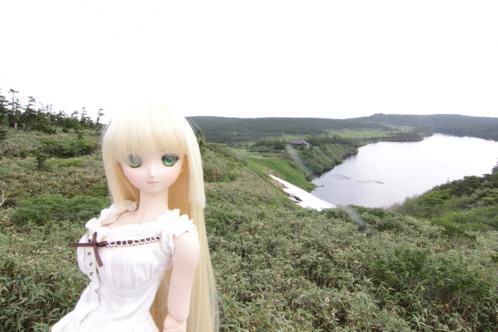 八幡沼を背景に