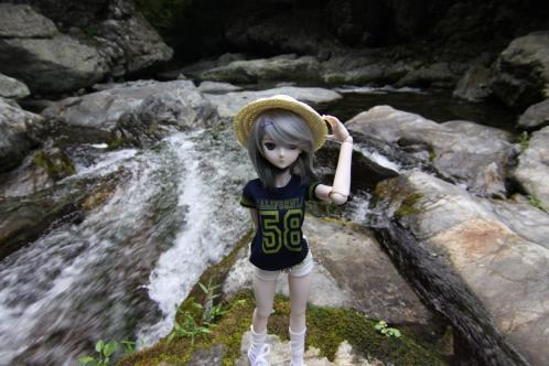 滝を背景に
