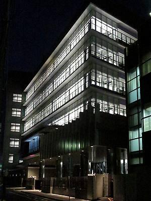 夜の闇に浮かぶWINS名古屋