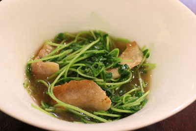 豆苗と豚トロの鶏スープ炒め