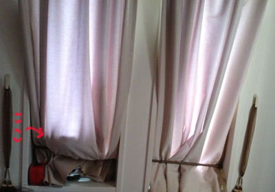 ベッドの枕元のドレープ