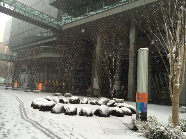 東京フォーラム前の雪景色