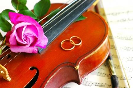 バイオリンと結婚指輪とバラ