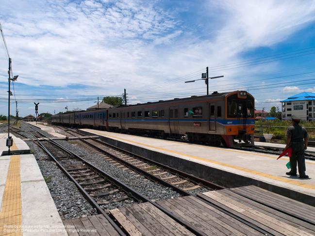 アユタヤ駅 (Ayutthaya Sta.)を出発してゆく列車