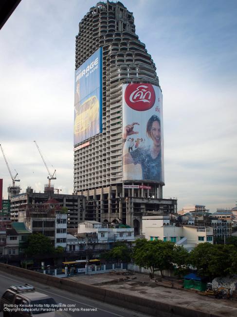 巨大な看板のマンション?