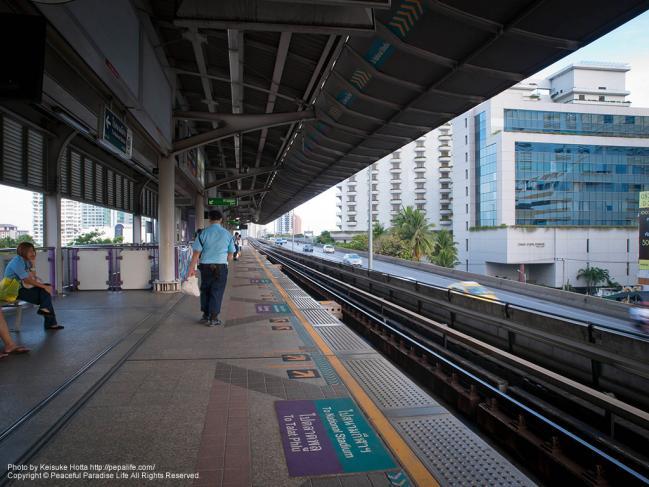 サパーン・タクシン駅のホーム