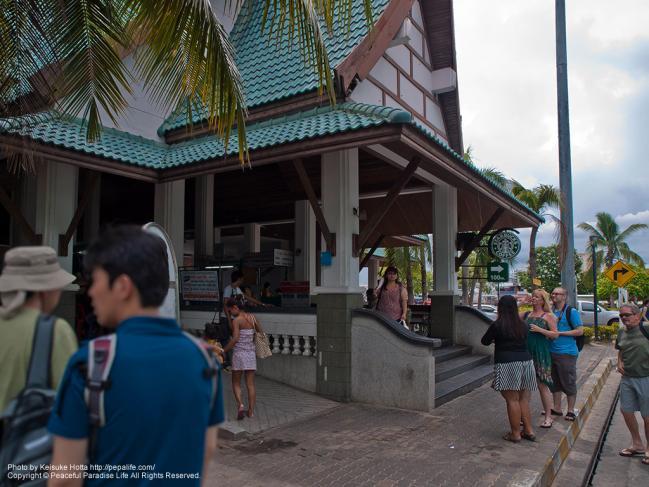 パタヤ埠頭のチケット売り場がある建物