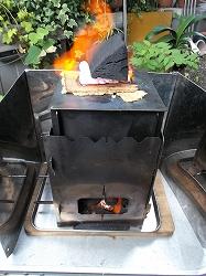 固形燃料を着火剤にして上下に炭火