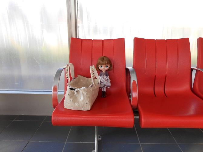 3 電車を待つエミリー1
