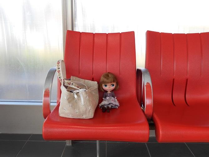 4 電車を待つエミリー2