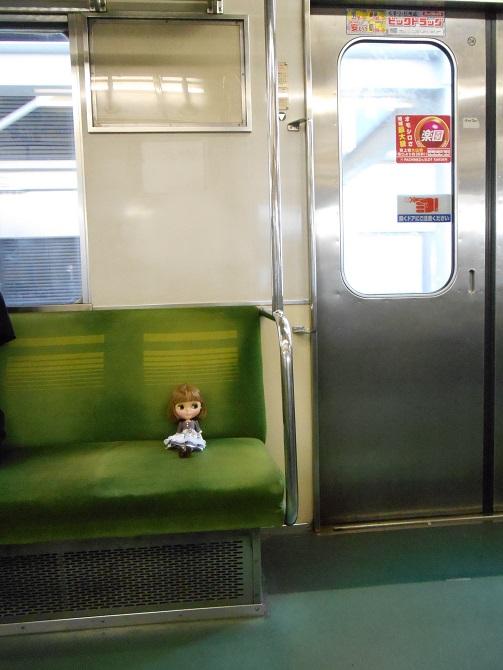 5 電車に乗るエミリー1