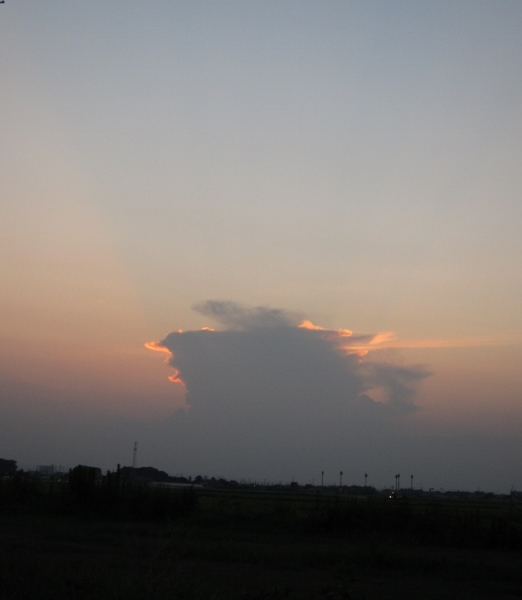 西の夕日を背に、竜の巣?