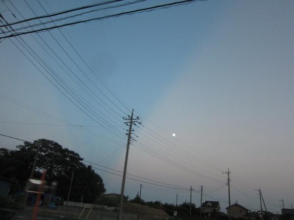 東の月の横、天に向かって広がる青