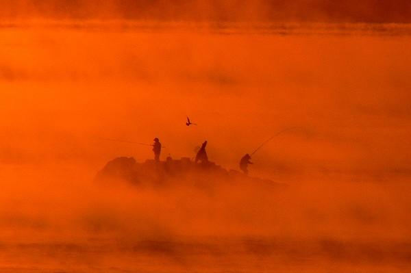 マルバエの釣り人と朝霧