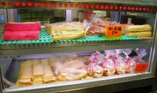 宮良かまぼこ店:市場店店内2