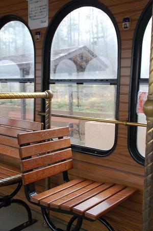 バスの車窓のも雨