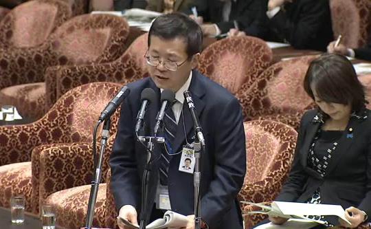 衆院国家安全保障特別委員会で答弁をしている内閣官房の鈴木良之審議官